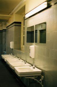 È meglio asciugarsi le mani con il getto d'aria: toilette pubblica
