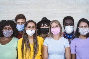 disuguaglianze Covid-19 colpisce tutti allo stesso modo: persone di diverse etnie con mascherina