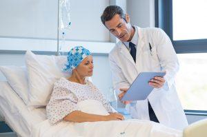 Dal cancro si può guarire? - Medico e paziente ocnologico