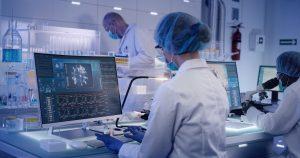 La risposta immunitaria al vaccino non è sempre uguale: fiale di vaccino: ricercatori in laboratorio