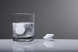 È meglio assumere farmaci prima di fare il vaccino contro Covid-19: aspirina