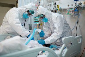 L'interferone può curare Covid-19?: medici con paziente covid